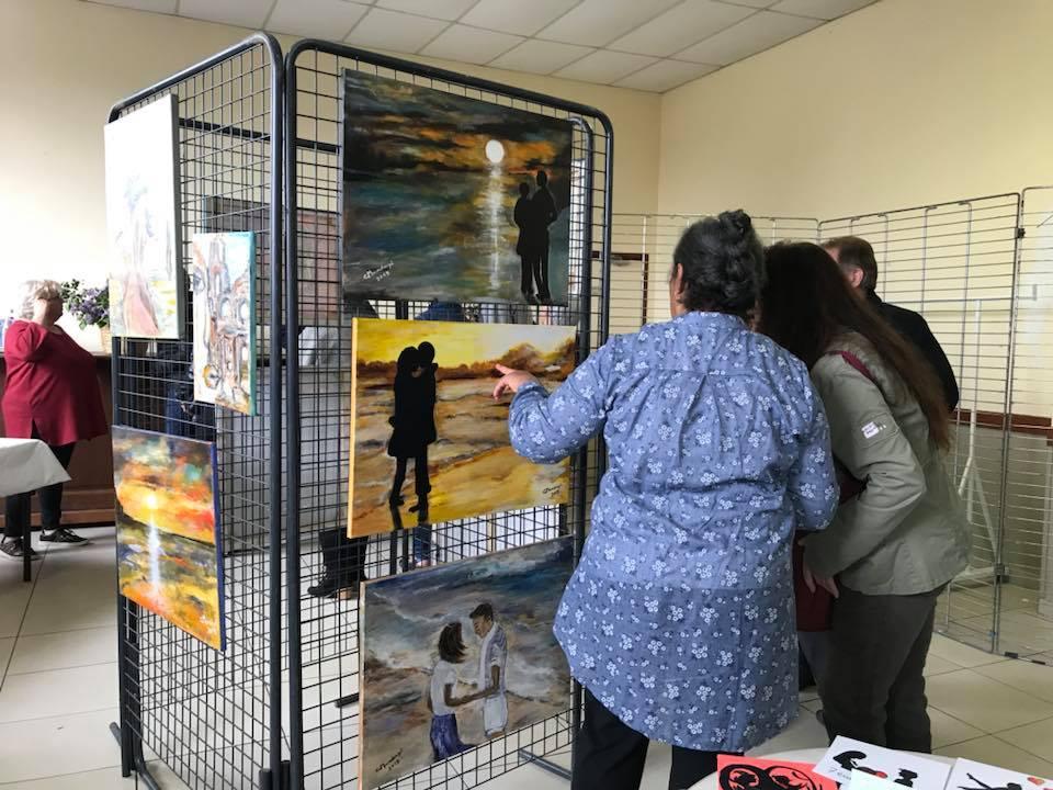 """Succès pour le vernissage de l'exposition """"L'Art sous toutes ses formes"""" dans la salle des fêtes de Landifay."""