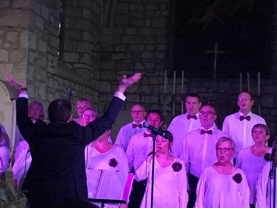 """l'église de Tavaux a accueilli la chorale de Marle,La Chantaisne, pour """"enchanter"""" un public venu nombreux"""