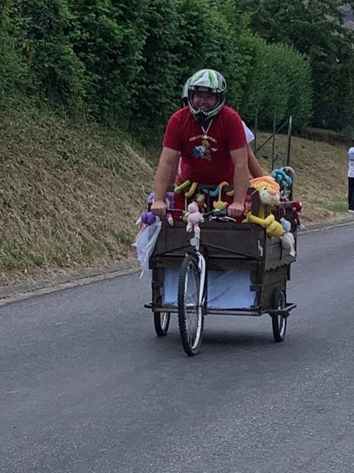 Une course folle de voitures à pédales à Audigny en Thiérache.