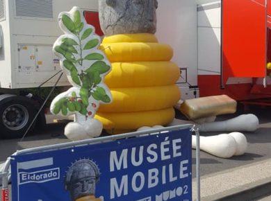 L'art contemporain sur la place du village, dans un camion unique en France